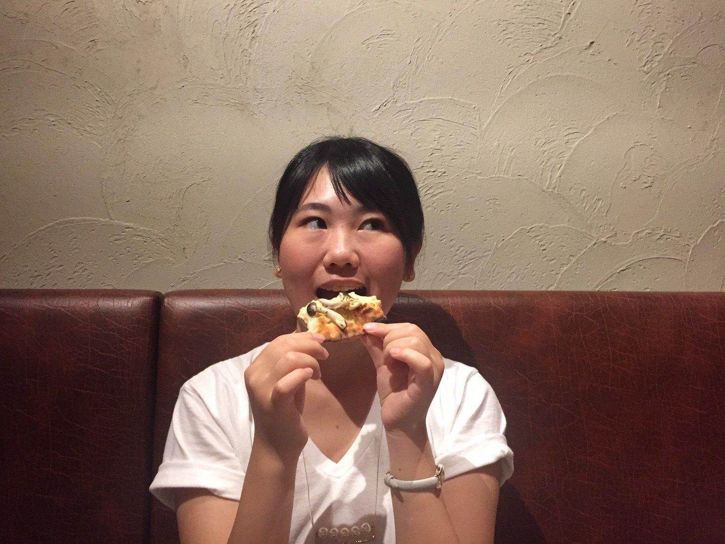CONA大宮店 ピザ食べる